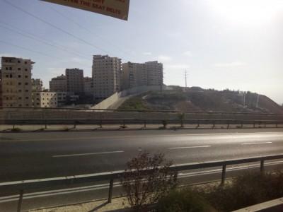 А это знаменитая стенка, оделяющая Палестинскую часть Иерусалима. Стена только с виду стена из просто бетона. На самом деле она напичкана разными датчиками и камерами. - IMG_20170926_084134.jpg